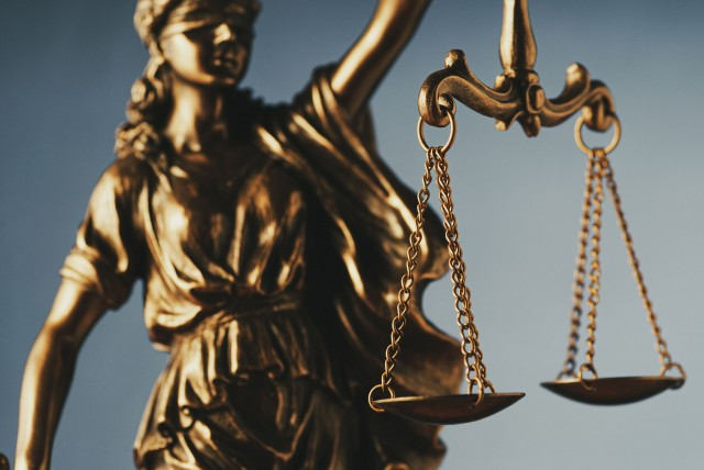 figure-of-justice-holding-the-scales-of-justice-3B5G7SW